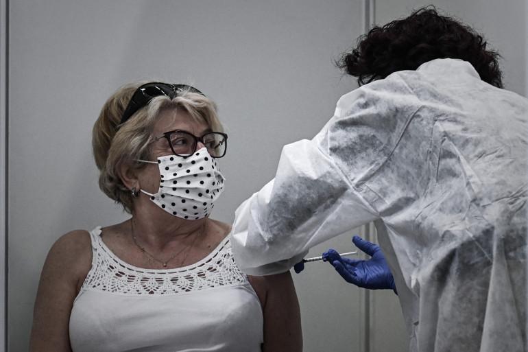 Une femme se fait vacciner au Parc des expositions de Bordeaux, le 8 avril 2021.