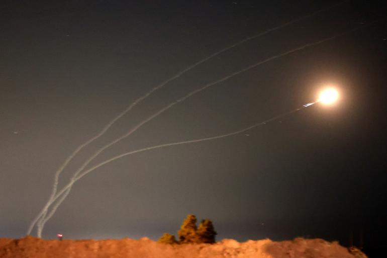 Cette photo prise depuis la ville de Sderot, dans le sud d'Israël, montre des roquettes tirées de la bande de Gaza interceptées par le système israélien de défense antimissile Dôme de fer, le 16 mai 2021.