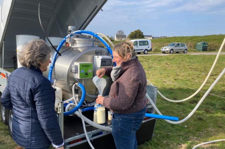 Marie, éleveuse de vaches, distribue du lait aux habitants de l'île d'Ouessant dans le Finistère.