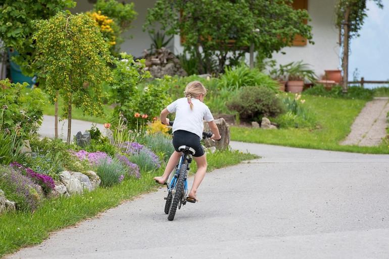 Une fillette qui fait du vélo (illustration).