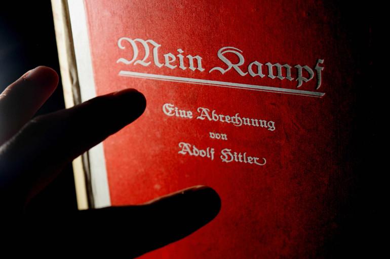 """Un exemplaire de """"Mein Kampf"""" (illustration)"""