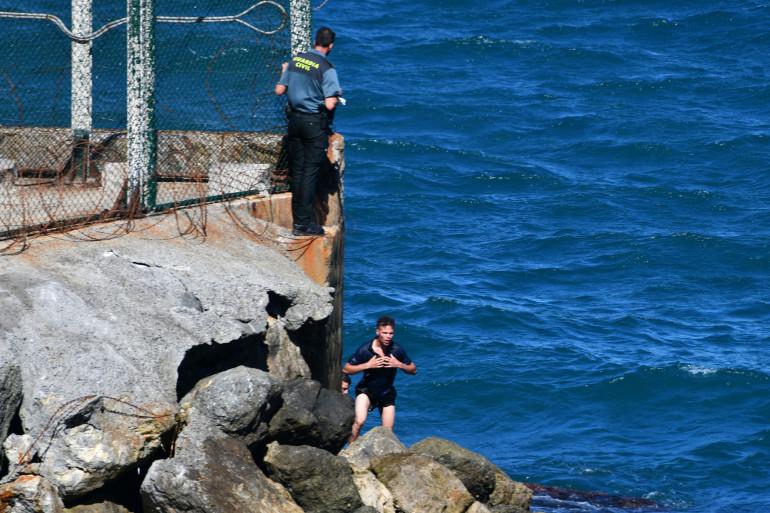 Des migrants arrivent sur l'enclave espagnole de Ceuta, le 17 mai 2021.
