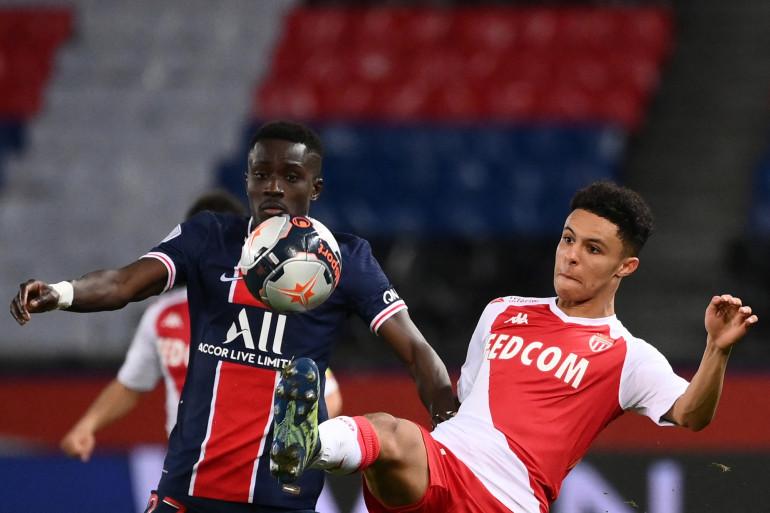 Le Parisien Idrissa Gueye au duel avec le Monégasque Sofiane Diop le 21 février 2021 au Parc des Princes