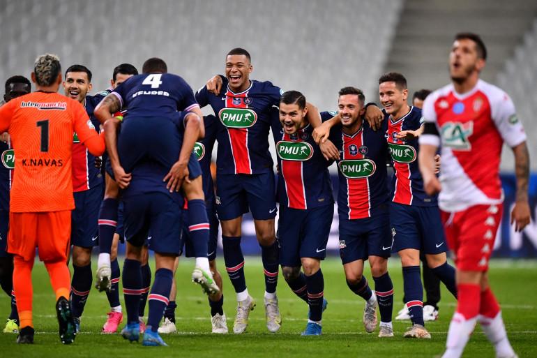 Kylian Mbappé (au centre) et les Parisiens heureux après leur victoire face à Monaco le 19 mai 2021 au Stade de France