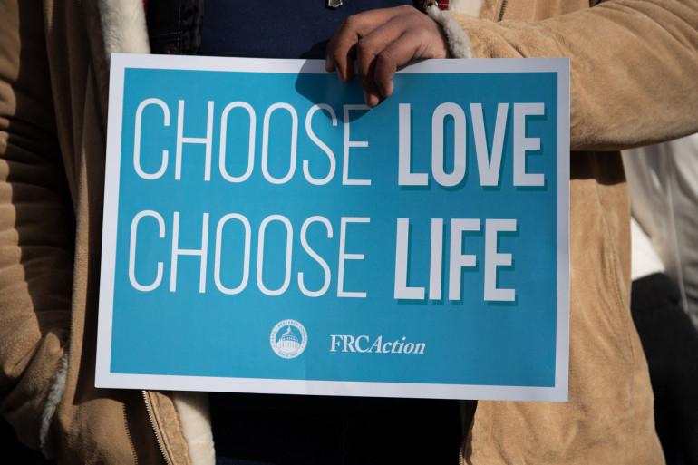 Un panneau brandit lors d'une manifestation contre l'IVG aux États-Unis.