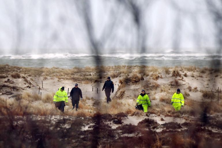 La police du comté de Suffolk et des recrues de la police fouillent une zone de plage près de l'endroit où la police a récemment trouvé des restes humains le 5 avril 2011 à Babylon, New York.