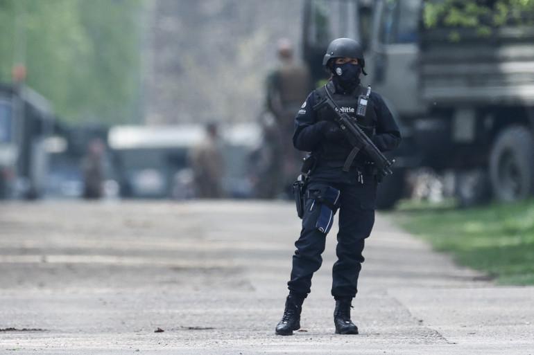 Un policier belge monte la garde devant le parc national Hoge Kempen