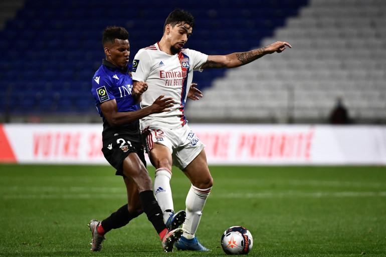 Le Niçois Hicham Boudaoui au duel avec le Lyonnais Lucas Paqueta le 23 mai 2021