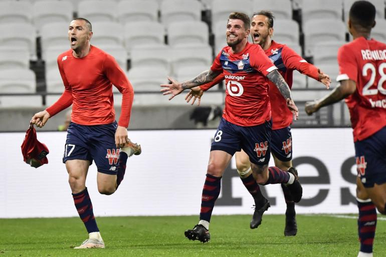 Burak Yilmaz (à gauche) et les Lillois à Lyon le 25 avril 2021