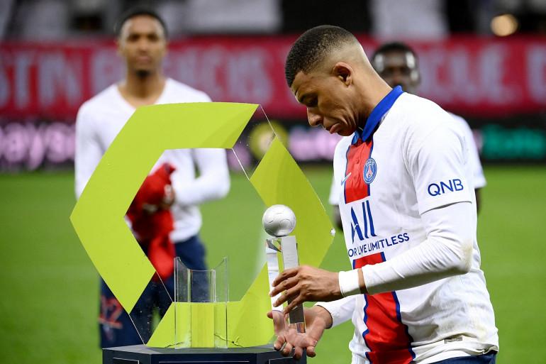 Kylian Mbappé reçoit le trophée de meilleur buteur de la saison 2020-2021 de Ligue 1 le 23 mai à Brest