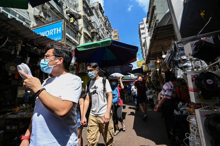 Des Hongkongais faisant le marché le 22 mai 2021(illustration)