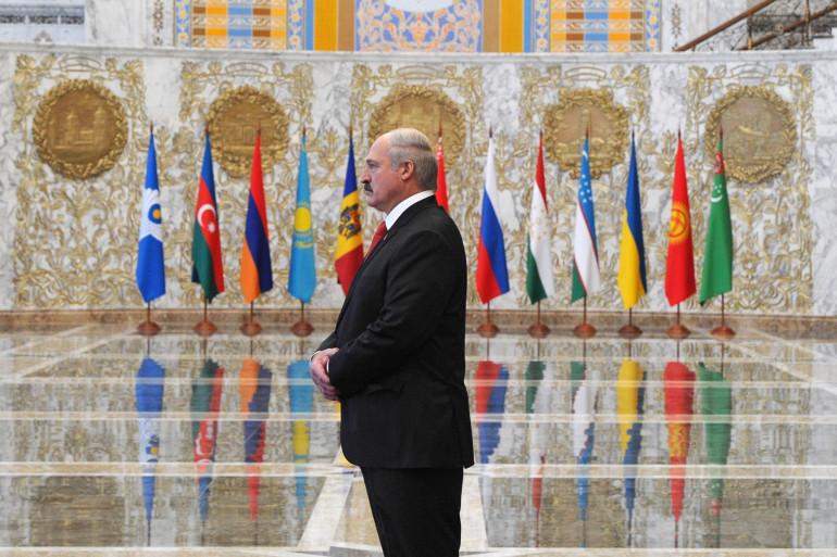 Le 9 août le président du Bélarus Alexandre Loukachenko est largement réélu lors d'un scrutin jugé frauduleux par l'opposition et l'Occident.  Pendant presque quatre mois, des dizaines de milliers manifestants réclament son départ chaque dimanche à Minsk.