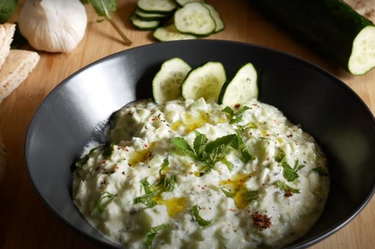Le tzatziki se réalise avec du yaourt grec et des concombres