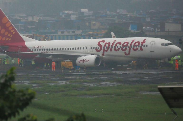 La direction générale de l'aviation civile a demandé à Spicejet de prendre des mesures à l'encontre des jeunes mariés et de leurs invités.