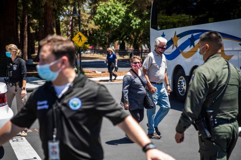 Photo d'un point de rassemblement des employés et des membres de la famille des victimes suite à une fusillade qui a éclaté sur le site d'une compagnie de transports public à San José, en Californie, 26 mai 2021.