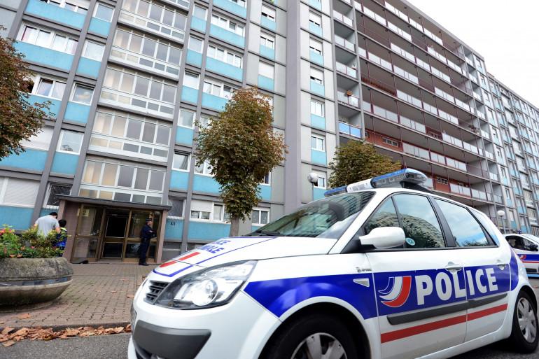 Une voiture de police au pied d'une tour d'immeuble (illustration)