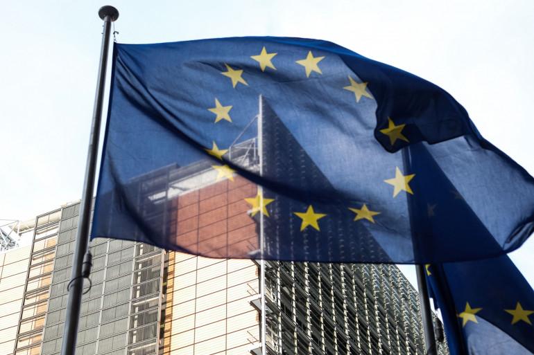 Le drapeau européen flotte devant le siège de la Commission européenne à Bruxelles, le 25 mars 2021. (Illustration)