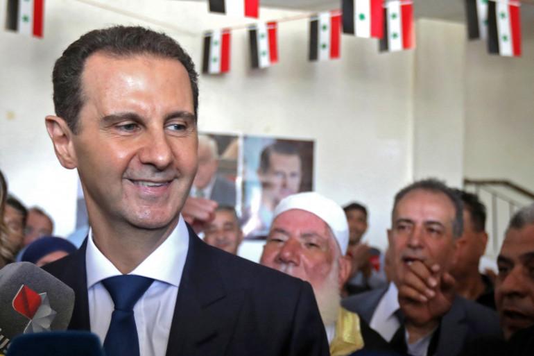 Photo du président syrien Bachar al-Assad prise dans un bureau de vote à Douma, près de la capitale Damas, le 26 mai 2021.