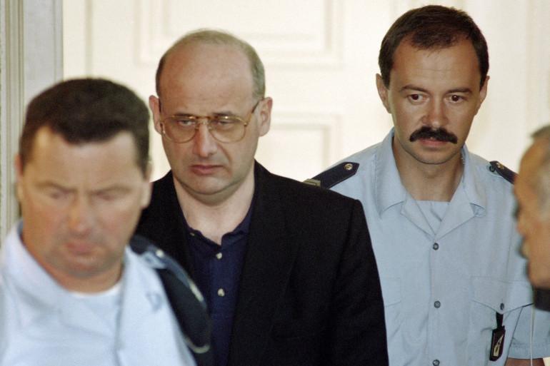 Jean-Claude Romand arrive pour l'ouverture de son procès, le 25 juin 1996 devant la Cour d'assises de l'Ain.