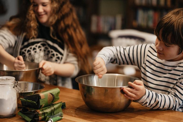 Des enfants en pleine séance de cuisine (illustration)