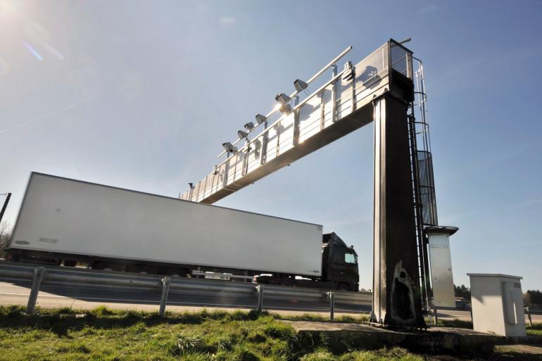 Un camion passe en-dessous d'un portique écotaxe endommagé, le 6 mars 2014 à Montauban-de-Bretagne (archives)