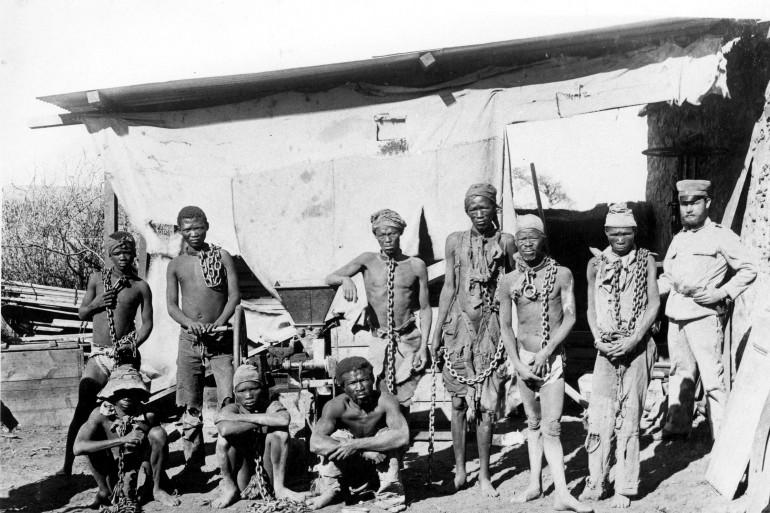 Des prisonniers namibiens encadrés par des colons allemands pendant le génocide
