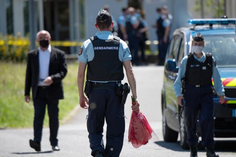 Un gendarme apporte des fleurs sur le site où une policière municipale a été agressée au couteau le 28 mai 2021, à La Chapelle-sur-Erdre, près de Nantes.