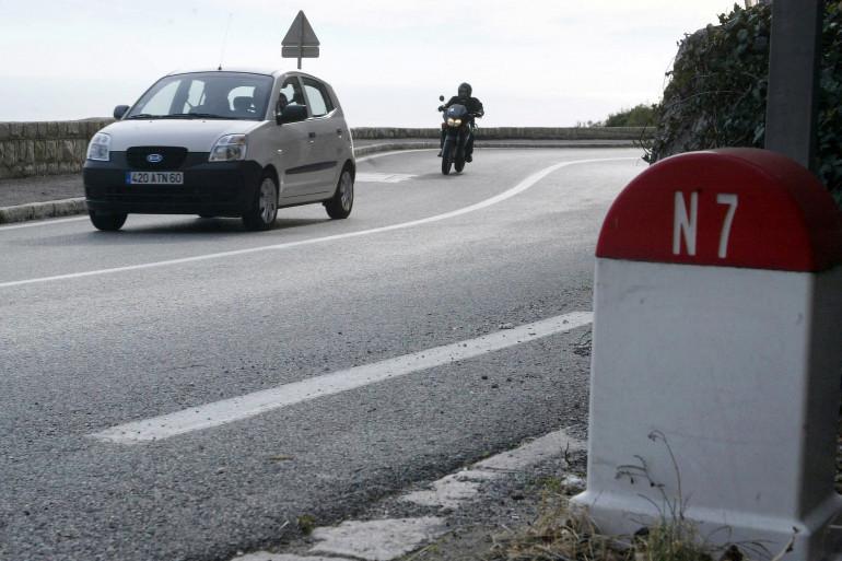Photo d'un automobiliste et d'un motard empruntant la Route Nationale 7, le 12 janvier 2006 près du village de Eze (image d'illustration)