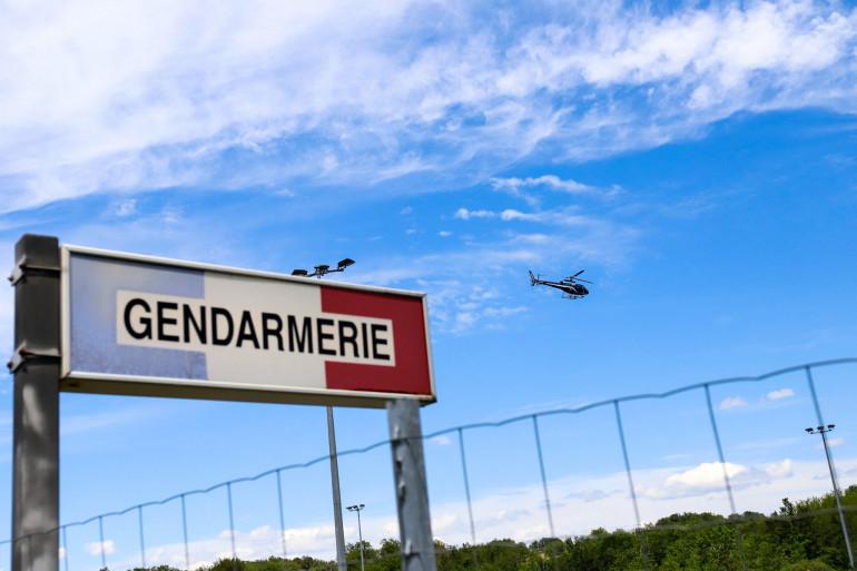 Un hélicoptère de la gendarmerie survole l'A89 lors d'une chasse à l'homme d'un ancien soldat lourdement armé qui aurait ouvert le feu sur des officiers le 30 mai 2021.