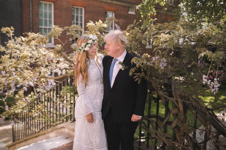 Le Premier ministre britannique Boris Johnson et son épouse Carrie Johnson dans le jardin du 10 Downing Street, à Londres, après leur mariage le samedi 29 mai 2021.