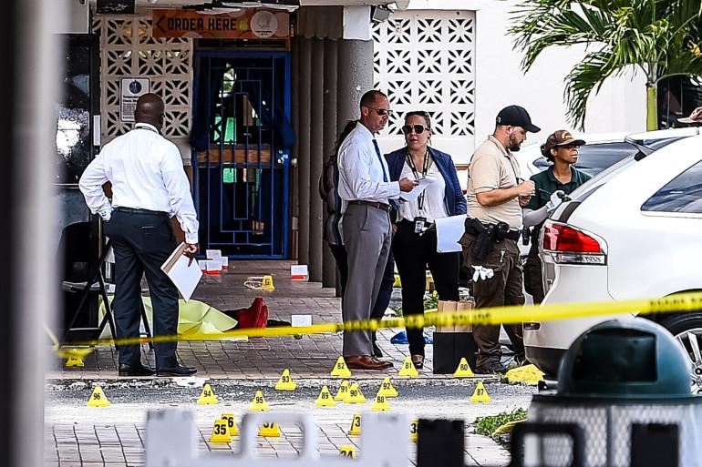 La police sur les lieux d'une fusillade qui a fait deux morts près de Miami le 30 mai 2021