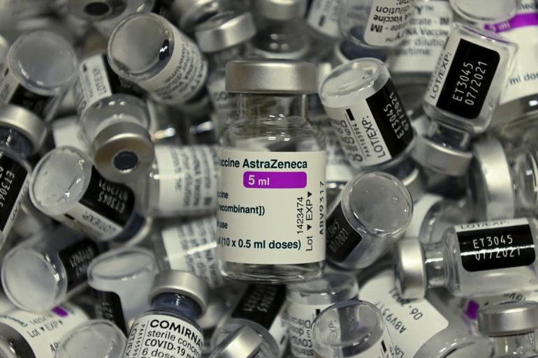 Flacons vides de vaccins AstraZeneca et Pfizer, avril 2021, Allemagne