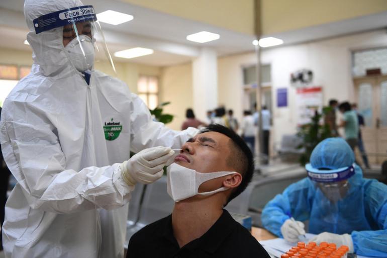 Un homme se fait tester au coronavirus à Hanoï au Vietnam le 22 mai 2021.
