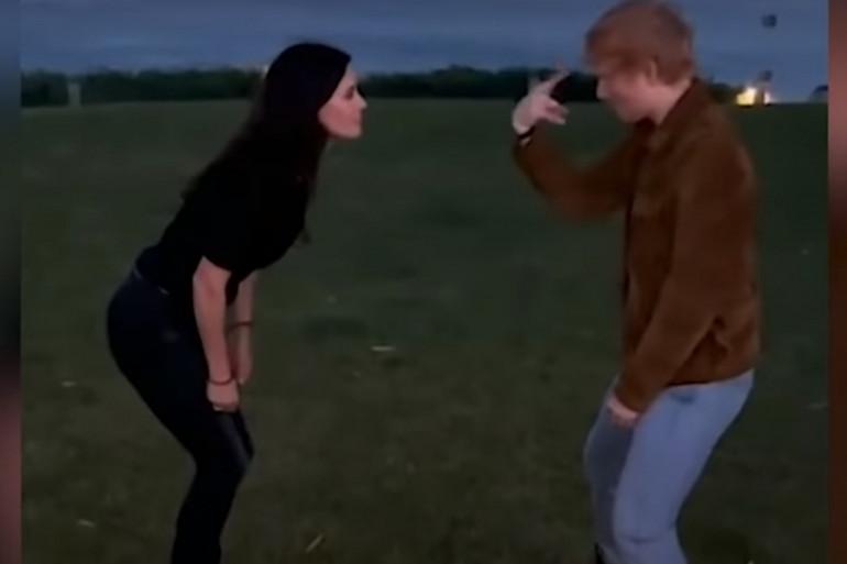 """Courteney Cox et Ed Sheeran recréent une scène culte de """"Friends"""""""