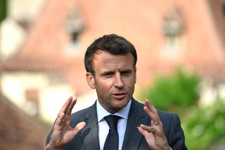 Emmanuel Macron lors d'une visite à Saint-Cirq-Lapopie, près de Cahors, dans le sud-ouest de la France, le 2 juin 2021
