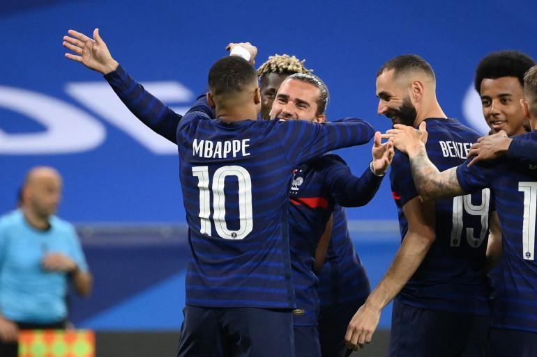 Mbappé enlace Griezmann sous les yeux de Benzema et Koundé le 2 juin 2021 à Nice