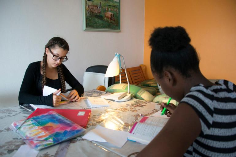 Deux jeunes filles révisant leur examen (juin 2017)