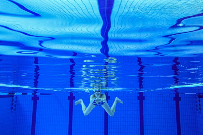 Une femme nage dans une piscine de la banlieue de Rennes, le 4 juin 2020. (Illustration)