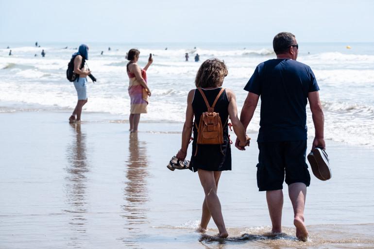 Des vacanciers sur une plage.