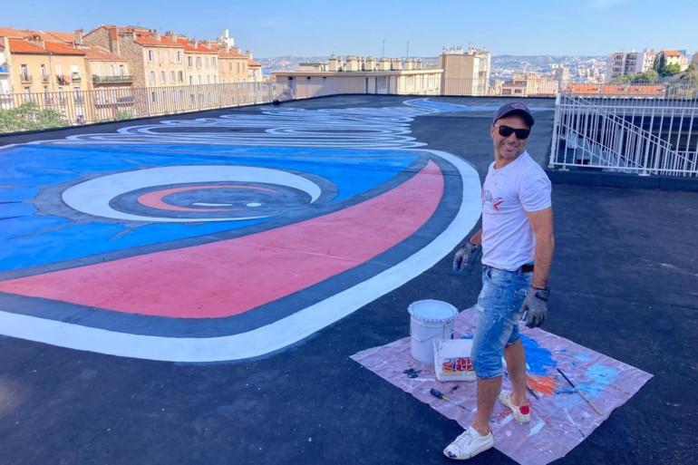 Sardo Marsiho, grapheur, a créé la sardine de Marseille sur le toit terrasse d'une copropriété privée au pied de la Bonne Mère.