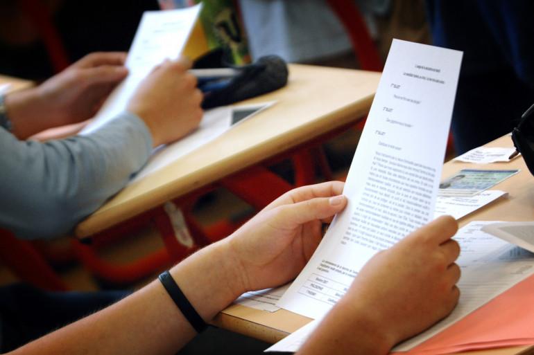 Des lycéens prennent connaissance de leurs sujets du baccalauréat de philosophie, à Paris