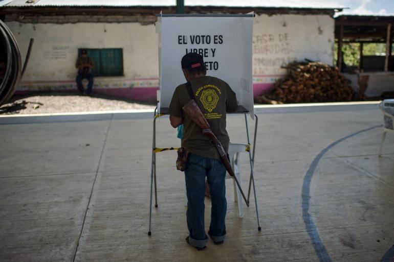 Un électeur à Ayahualtempa, au Mexique, lors des élections législatives le 6 juin 2021