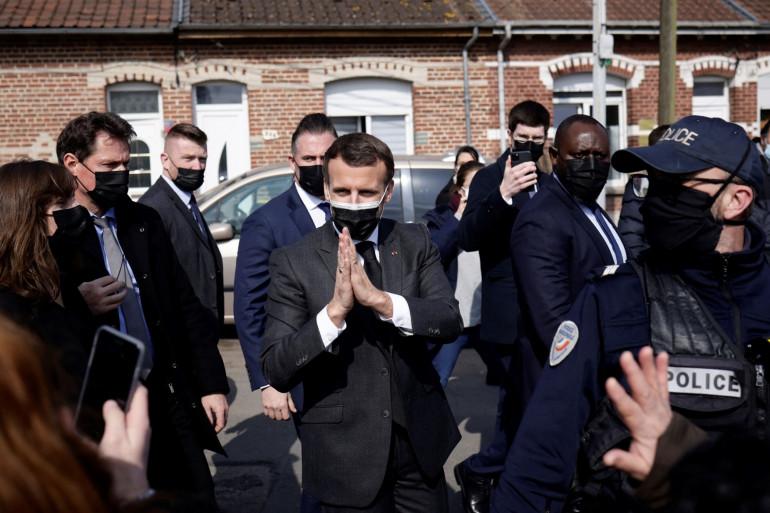 Emmanuel Macron entouré de gardes du corps lors d'un déplacement à Valenciennes, le 23 mars 2021