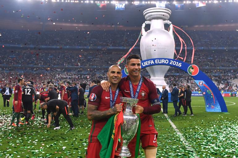 Ricardo Quaresma et Cristiano Ronaldo avec le trophée de l'Euro le 10 juillet 2016 au Stade de France