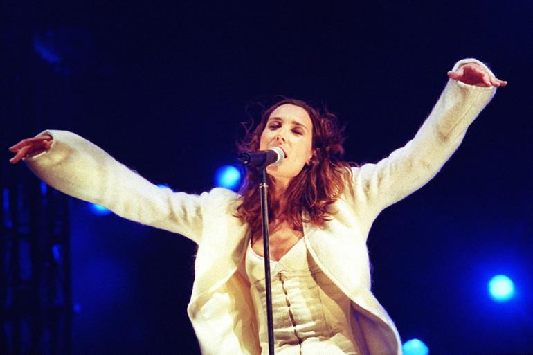 Zazie se produit sur scène, le 14 juillet 1999, lors du coup d'envoi des 15e Francofolies de la Rochelle