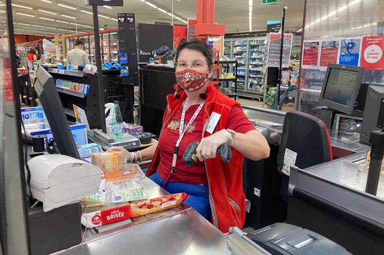 """Surnommé """"Mamie"""" par ses collègues, elle continue son travail pour faire plaisir aux clients"""