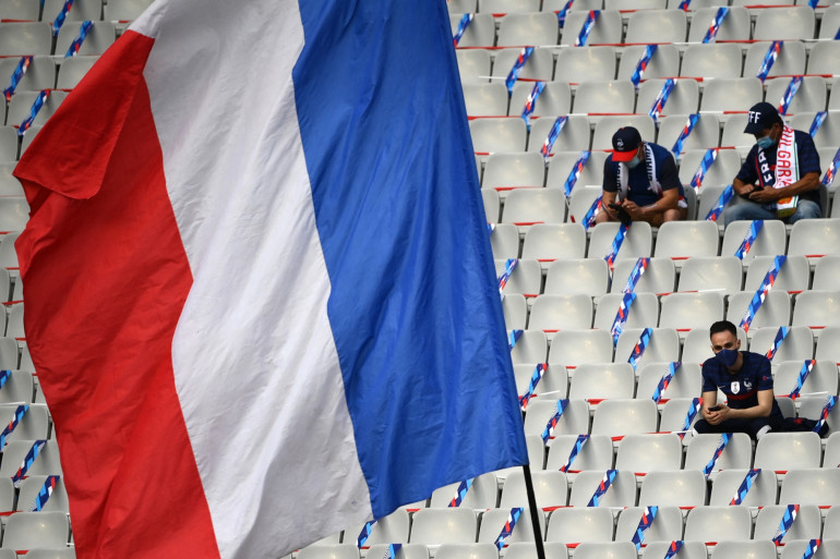 Des supporters attendent dans les tribunes du Stade de France avant le début de France-Bulgarie, le 8 juin.