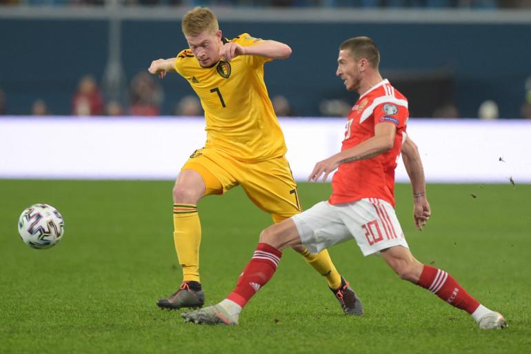 Le Belge Kevin De Bruyne au duel avec le Russe Alexey Ionov le 16 novembre 2019 à Saint-Pétersbourg