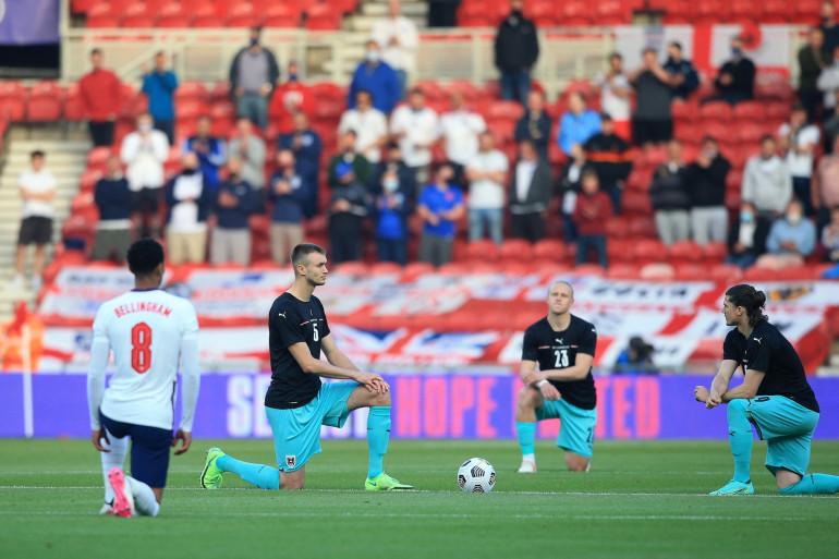 Joueurs anglais et autrichiens le genou au sol avant un match amical le 2 juin à Middlesbrough (Royaume-Uni).