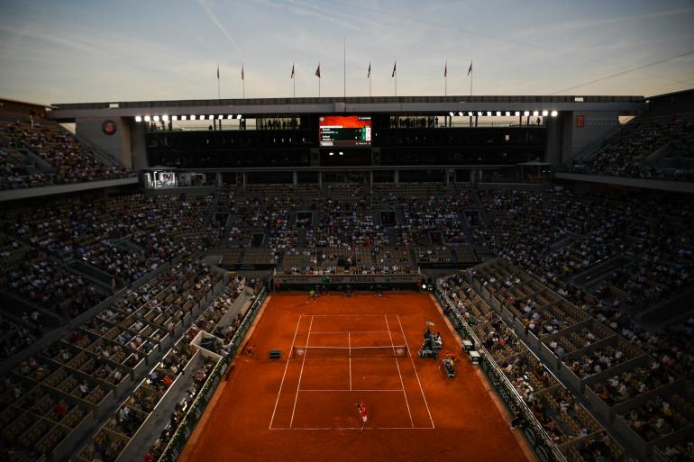 Le court central Philippe Chatrier de Roland-Garros lors du match Nadal-Djokovic le 11 juillet 2021